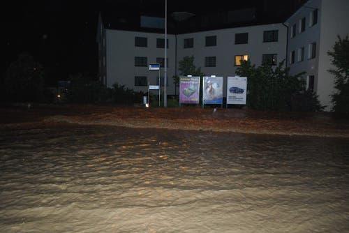 Im Nu war diese Strasse im Würzenbach-Quartier voll Wasser (und wohl auch einige Keller) (Bild: Leser Michael Osborne)