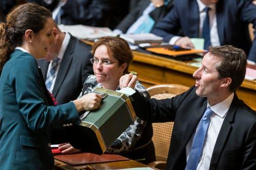 Der Zuger Bundesratskandidat Thomas Aeschi, rechts, gibt seine Stimme in die Wahlurne neben Fraktionskollegin Magdalena Martullo-Blocher, GR. (Bild: PETER KLAUNZER)