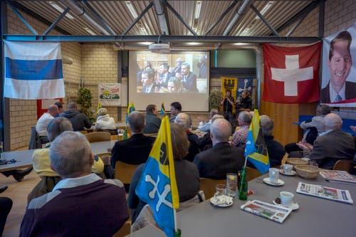 Live-Uebertragung der Bundesratswahlen 2015 mit Mitgliedern der SVP Baar im Restaurant Sport-Inn in Baar. (Bild: ALEXANDRA WEY)