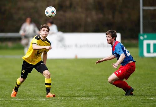 Levent Basol vom FC Baar gegen Philip Domeisen vom SC ChamII. (Bild: Stefan Kaiser / Neue ZZ)