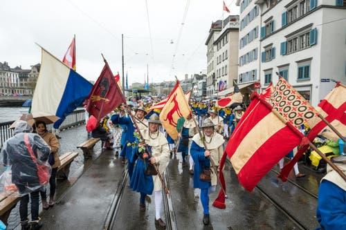 Die Luzerner trotzen dem Regen und zeigen Flagge(n). (Bild: Roger Grütter / Neue LZ)