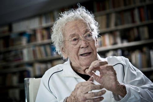 21. Februar: Hans Erni feiert in Luzern seinen 106. Geburtstag. Der erfolgreiche Jahrhunderkünstler ist nach wie vor voll schöpferischer Kraft und bildnerischem Tatendrang und erstaunt mit unermüdlichem Arbeitseifer. Auf dem Bild ist der 106-Jährige in seinem Atelier zu sehen. Am 21. März schlief er in der Stadt friedlich ein. (Bild: Pius Amrein / Neue LZ)