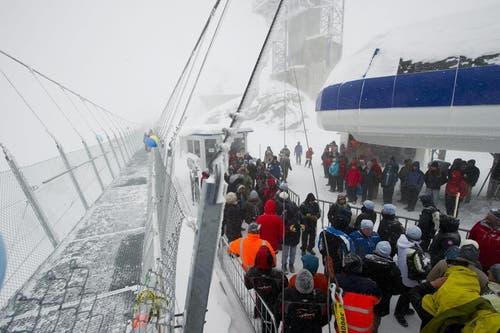 Im Beisein von Botschaftern aus 14 Ländern ist der Titlis Cliff Walk am 7. Dezember eröffnet worden. (Bild: Keystone)