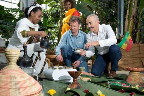 Kaffee für Lukas Meyer, Projektleiter Kaffee-Ausstellung (mitte) und Pius Marti, Geschäftsführer des Tropenhauses in Wolhusen. (Bild: Dominik Wunderli / Neue LZ)