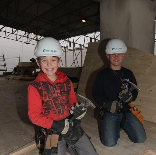 Sven Rohrer und Phil Estermann aus Inwil (Söhne unserer Holzbauer) auf der Baustelle in Luzern (Dachstockausbau) (Bild: Lussi Martin, Projektleiter 1a hunkeler holzbau AG)