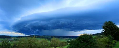 Gewitterwolke über Uffikon. (Bild: Leserbild Beat Waltisberg)