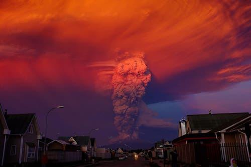 22. April: 20 Kilometer hoch steigt die Rauchsäule des Vulkans Calbuco im Süden Chiles. Am Hang des Vulkans ergiessen sich bedrohliche Schlamm- und Schuttströme. Über 6500 Menschen müssen ihre Häuser vorübergehend verlassen. (Bild: EPA / Alex Vidal Brecas)