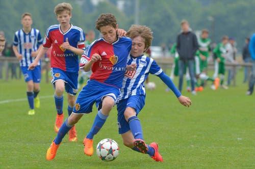 Sie Kämpfen um den Ball: die Junioren des Hertha BSC Berlin und des FC Basel 1893. (Bild: Martin Meienberger)