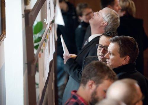 Im Rathaus sind die Resultate aufgehängt. (Bild: Corinne Glanzmann / Neue NZ)