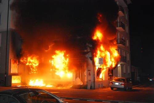 22. November: In der Nacht brannte in der Stadt Luzern ein Gebäude an der Ecke Bireggstrasse und Spannortstrasse. Es wurden 17 Personen evakuiert, verletzt wurde niemand. (Bild: pd)