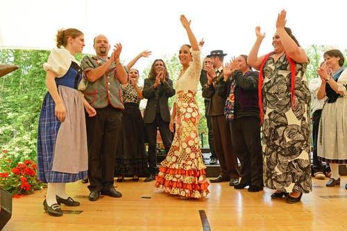 7. Juli 2013: Die Flamenco-Gruppen und die Ländlerkappellen mit ihren Trachten am Kulturfest Obwalden. (Bild: Dominik Wunderli / Neue LZ)