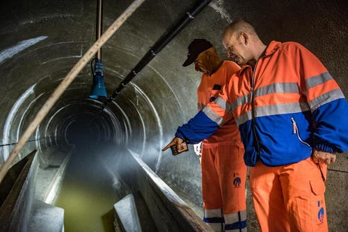 Oswin Wicki (vorne) und Walter Scheuber kontrollieren den Kanal. (Bild: Boris Bürgisser (Neue LZ))