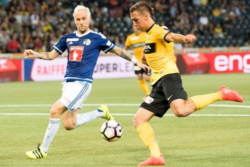 Luzerns Markus Neumayr, links, im Kampf mit YBs Michael Frey, der vor Kurzem noch für die Luzerner stürmte. (Bild: Anthony Anex / Keystone)