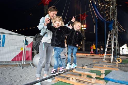 Mutter Franziska Lussi mit den Zwillingen Vanessa und Sarah (3) am Luga-Kindertag. (Bild: Dominik Wunderli / Neue LZ)