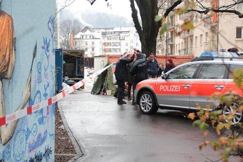 Ein Polizeiauto beim Tatort-Dreh im Bleicherpärkli. (Bild: Claude Hagen (Neue LZ))