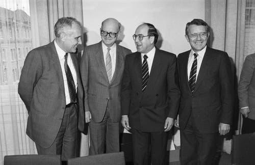 Die Fraktion der Christlichdemokratische Volkspartei (CVP) hat Falvio Cotti, links, und Arnold Koller, rechts, zu ihren Kandidaten für die anstehende Bundesratswahl nominiert. Die Amtsanwaerter, zusammen mit den abtretenden Bundesräten Alphons Egli und Kurt Furgler, Mitte, aufgenommen am 22. November 1986 im Bundeshaus zu Bern. (Bild: Keystone / Str)