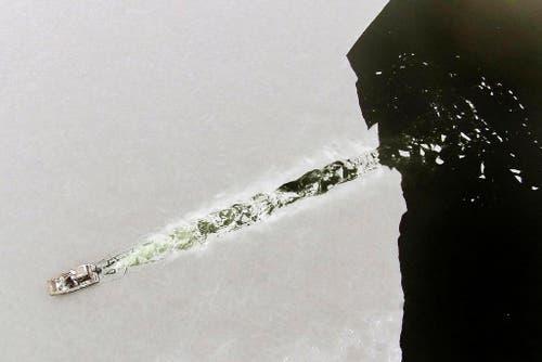 Schnee und Eis in Marion im US-Bundesstaat Massachusetts: Isaac Perry kämpft sich mit seinem Boot durch die frische Decke. (Bild: AP / Peter Pereira)