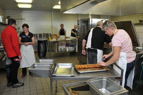 Ein Blick in die Küche mit Lager-Finanzchef Michel Schmid und Küchenchefin Marianne Muri, links. (Bild: Robert Hess / Neue OZ)