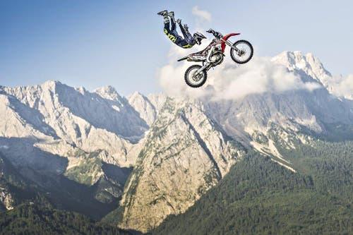 Brody Wilson (USA) bei einem spektakulären Bild bei der Zugspitze. (Bild: Keystone)