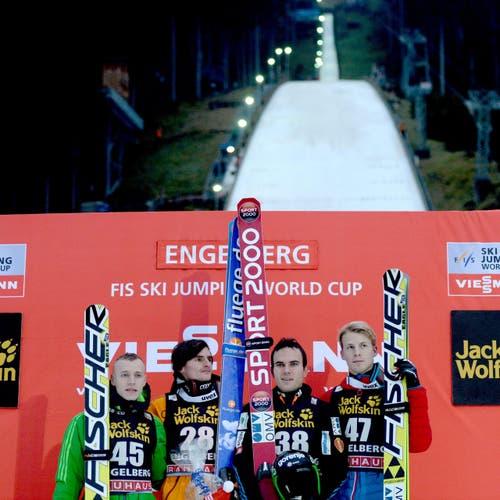 Die Gewinner am Samstag, von links: Roman Koudelka, der Sieger Richard Freitag from Germany und die Drittplatzierten Jernej Damjan Michael Hayboeck. (Bild: URS FLUEELER)