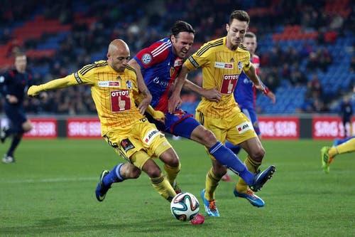 Luzerns Yassin Mikari (links) und François Affolter (rechts) gegen Basels Marco Streller. (Bild: Philipp Schmidli)