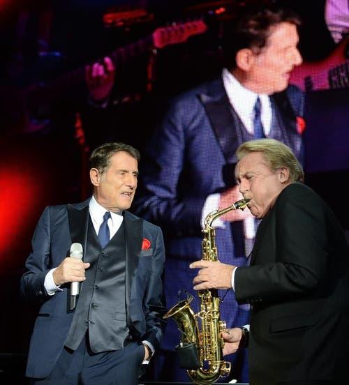 Udo Jürgens und Pepe Lienhard bei einem Konzert in Salzburg auf der «Mitten im Leben-Tournee». (Bild: Keystone / Barbara Gindl)