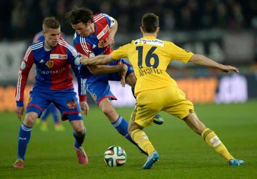 Basel Spieler Marco Streller, Mitte, im Spiel gegen den Luzerner François Affolter (Bild: Keystone)