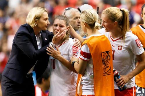 Die Schweiz verliert das Auftakt-Spiel an der WM in Kanada mit 0:1. Die Luzernerin Ramona Bachmann (zweite von links) kann die Tränen nicht mehr zurückhalten (8. Juni). (Bild: Keystone / Salvatore di Nolfi)