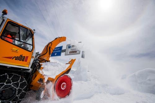 Trotzdem haben die Schneeräumungsequipen ihre Arbeit aufgenommen. (Bild: Keystone)