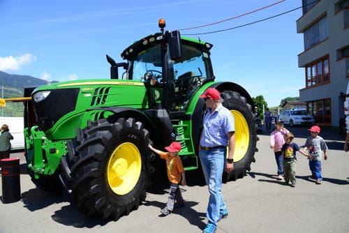 Kein Schwingerpreis, aber ein viel bewunderter ausgestellter Traktor. (Bild: Robert Hess / Neue OZ)