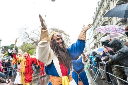 Ein Luzerner hat seinen grossen Auftritt in Zürich: Bruder Fritschi winkt am Sechseläuten dem Publikum zu. (Bild: Roger Grütter / Neue LZ)