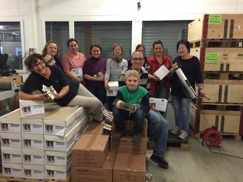 Maximilian (vorne, 5. Kalsse in Rickenbach) verbringt den Zukunftstag beim Team von M+C Mail (Drucken/Verpacken/Versenden). Vom Büro, über die Druckerei, die Verpackungsmaschinen, bis zur Spedition durfte er alle Stationen im Betrieb durchlaufen. (Bild: Claudia Bättig)