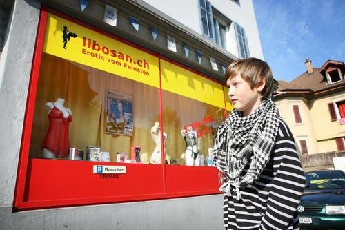 Das Kinderparlament verleiht die saure Zitrone an den Erotik-Shop Libosan, weil dieser mitten im Quartier ist und sich die Kinder die Schaufenster auf dem Schulweg anschauen müssen. (Bild: Manuela Jans / Neue LZ)