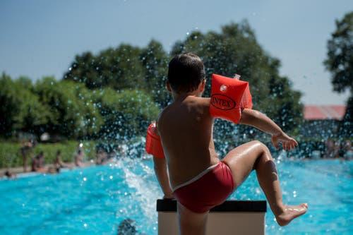 In so einem Sommer wird jeder zur Wasserratte. (Bild: Keystone)