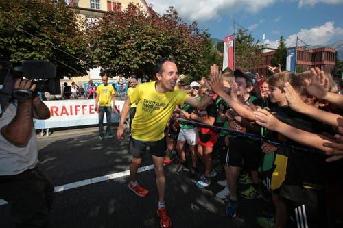 Viktor Röthlin beim Startgelände. Er gibt u. A. den Startschuss der Schulklassenkategorien. (Bild: Roger Zbinden (Neue LZ))
