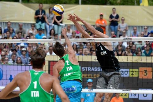 Alexei Strasser (rechts) blockt erfolgreich einen Ball der Italiener. (Bild: Keystone / Urs Flüeler)