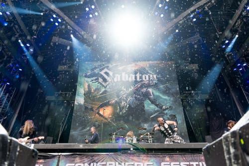 Sabaton, die Vorgruppe von Iron Maiden, heizen schon mal richtig ein. (Bild: Roger Grütter)