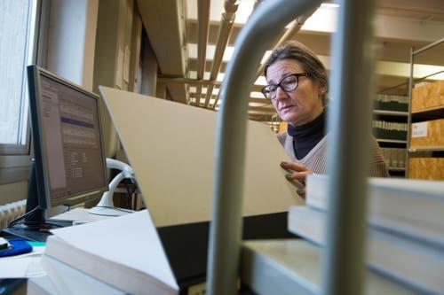 In Entlebuch codiert Gabriela Köpflli die Bücher. (Bild: Eveline Beerkircher / Neue LZ)