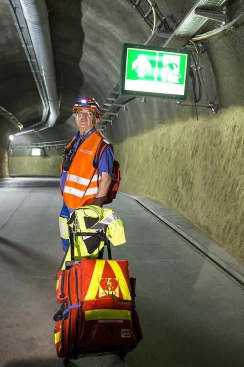 Benedikt Bauer, Rettungssanitäter von Alpinmedic, mit seiner Ausrüstung bei Sedrun. (Bild: Keystone / Alexandra Wey)