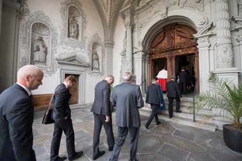 Die Trauergäste betreten die Hofkiche zur Gedenkmesse für Alt-Bundesrat Alphons Egli. (Bild: Urs Flüeler / Keystone)