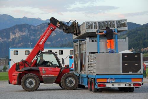 Mit grossen Staplern wird das Material bereitgestellt. (Bild: René Meier / Luzernerzeitung.ch)