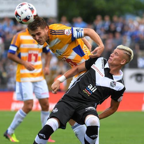 Der Luzerner Claudio Lustenberger (links) setzt sich im Duell um den Ball gegen Luganos Ezgian Alioski per Kopfball durch. (Bild: Keystone / Gabriele Putzu)