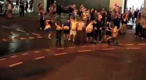 Kroatische Fans lassen vor der Polizei die Hosen runter. (Bild: Youtube-Video)