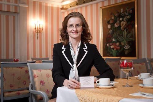 8. Mai: Direktorin Brigitte Heller vom Hotel Monopol greift ein: Mit einem Tischsteller werden asiatische Gäste darauf hingewiesen, dass mit Lebensmittel nicht verschwenderisch umgegangen werden soll. (Bild: Manuela Jans- Koch / Neue LZ)