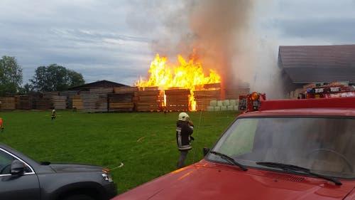 Es brennen die Holzbeigen. (Bild: Dominik Wunderli / Neue LZ)