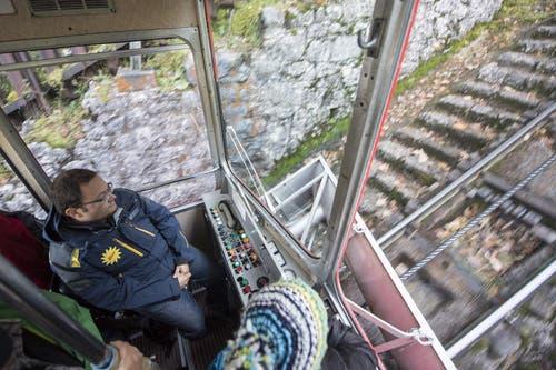 Blick in den Führerstand der alten Bahn. (Bild: Urs Flüeler / Keystone (Schwyz, 12. Oktober 2017))