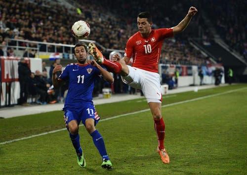 Granit Xhaka (rechts) im Kampf um den Ball gegen Kroatiens Darijo Srna. (Bild: Keystone)