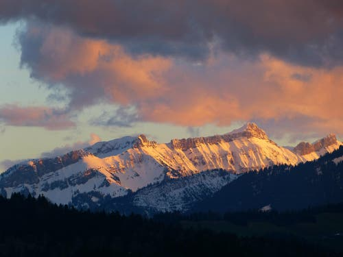 Am Ende eines schönen Tages leuchtet das Abendrot über der Schrattenfluh im Entlebuch. (Bild: Josef Lustenberger)