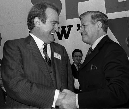 Johannes Rau (links), der damalige Ministerpräsident von Nordrhein-Westfalen, begrüsst am 2. Februar 1980 den damaligen deutschen Bundeskanzler Helmut Schmidt auf einem SPD-Landesparteitag in Bochum. (Bild: Keystone)