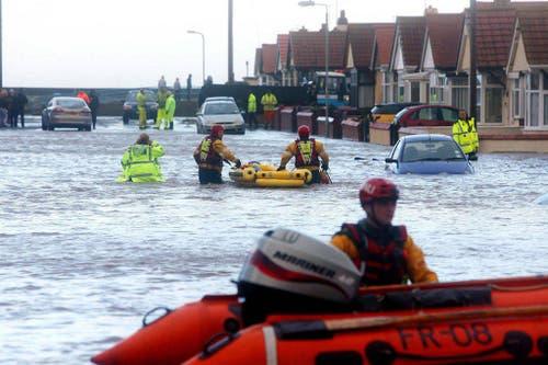 Im walisischen Rhyl holen Rettungskräfte die Menschen aus ihren überfluteten Häusern. (Bild: Keystone)